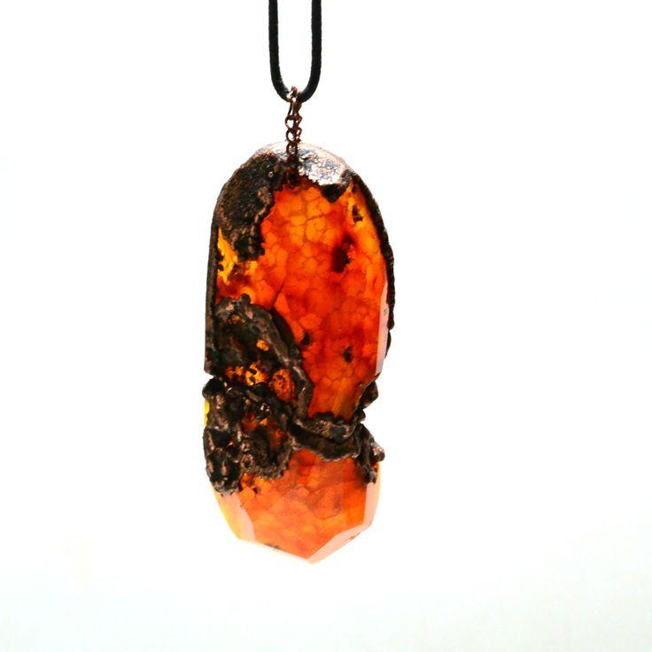 """Большой, тяжелый тонированный агат """"Вены дракона"""" очень сочного оранжевого цвета, с природными изъянами. подчеркнутыми гальванической медью - совершенно неординарное украшение для смелой женщины или мужчины, любящего камни. Камень полупрозрачный на просвет. Размер камня - 7 см. Медь положена и на естественные выемки и, частично, по граненому краю камня. 1150 руб."""