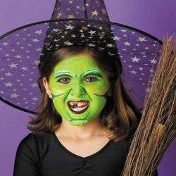 Buy a kit of safe, washable face paints and turn your child into a Halloween ghost or goblin in a matter of minutes! See 7 ideas!