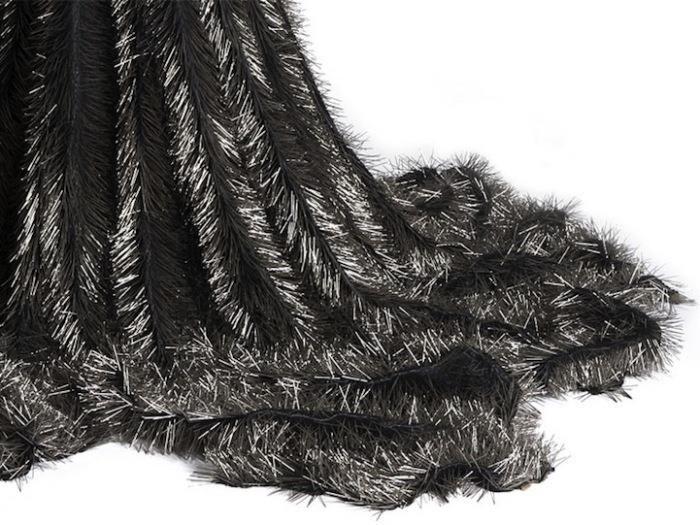 Траурное платье из булавок