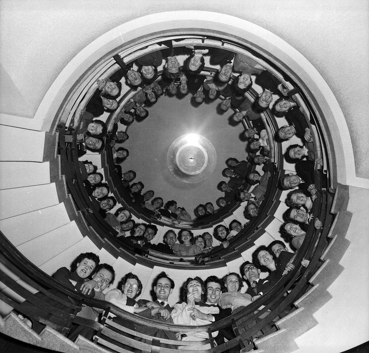 Honeymoon Hotel, 1955  Coppie sposate da poco si affacciano dalla scalinata dell'Honeymoon Hotel (Hotel Luna di miele) di Brighton, in Inghilterra, nel 1955. (Peter Purdy/BIPs/Getty Images)