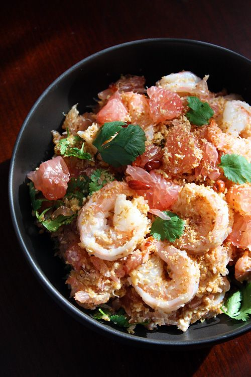 Thai Pomelo Salad recipe (Yam Som-O) - coconut flakes, shrimp, red chili flakes, shallots, garlic, roasted peanuts, lime juice, cilantro. #salads #thai #seafood