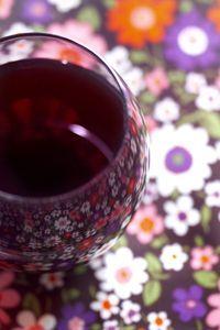 verre rond, fond fleur, nappe fleur, tissu fleur, verre de vin, verre de sirop, liqueur de cassis, liqueur de fruits, millefiori, photographe - styliste : http://marielys-lorthios.com