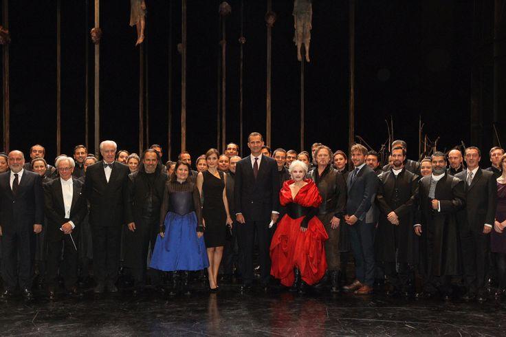 Sus Majestades los Reyes Don Felipe y Doña Letizia junto a los directores y elenco de artistas que interpretaron la Ópera Teatro Real. Madrid, 22.09.2015