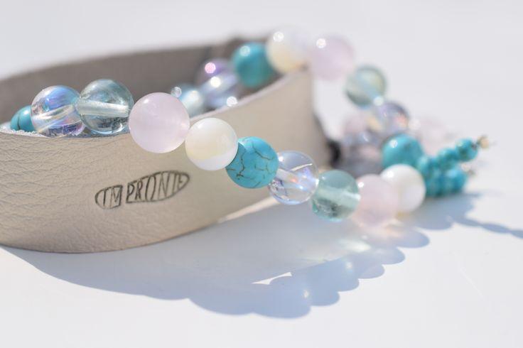 Náramkový set - Ledový/ Drahé kameny-Tyrkentit, Perleť, Florit, Růženín velikosti 8mm, na pružné gumičce. Kožený náramek z bílé, probarvené kůže s vyraženou stopou Impronte.