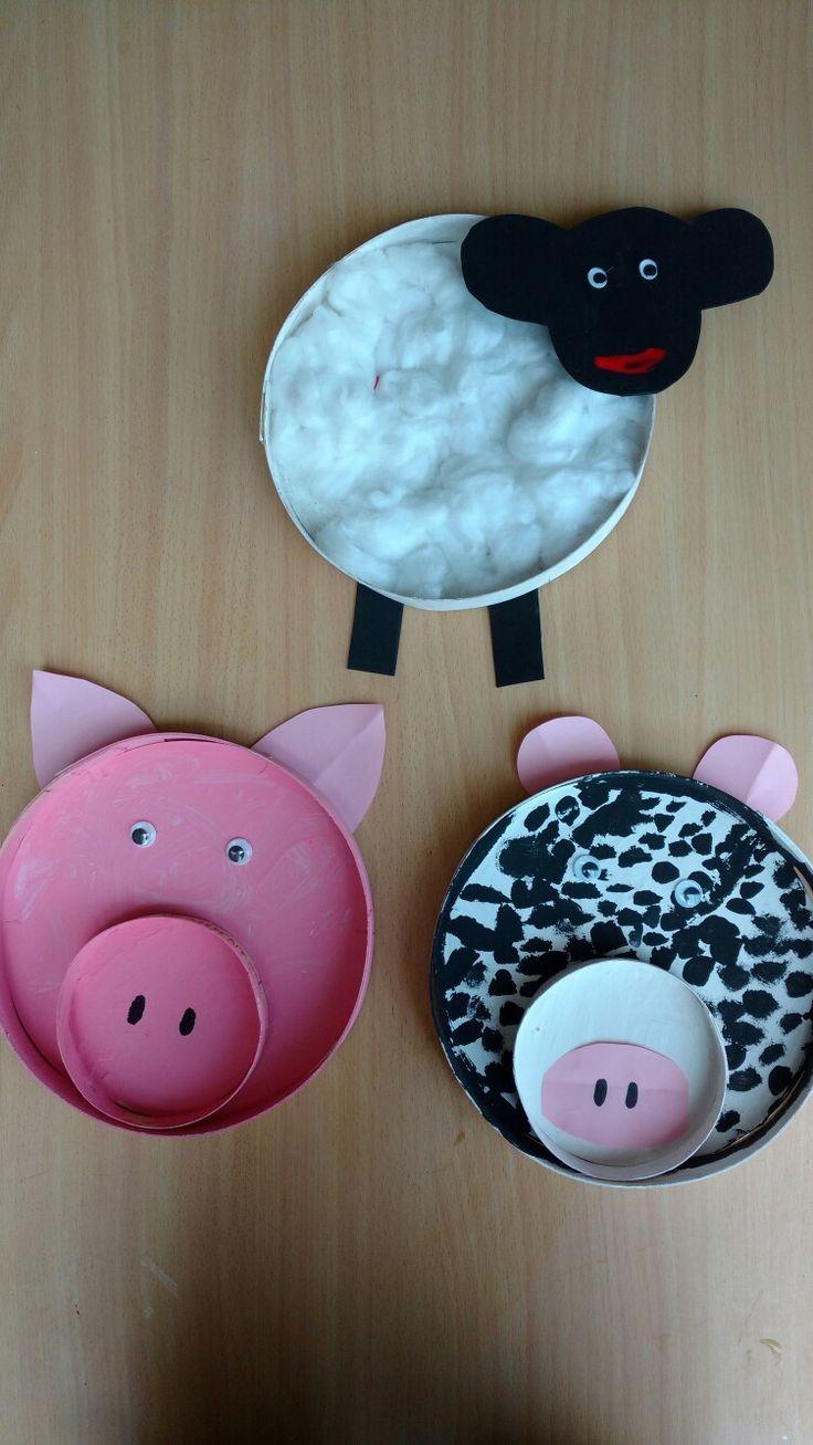 Enkele dieren van de boerderij. Gemaakt van grote kaasdozen.  Bij het varken en de koe werden ook kleine kaasdozen gebruikt.