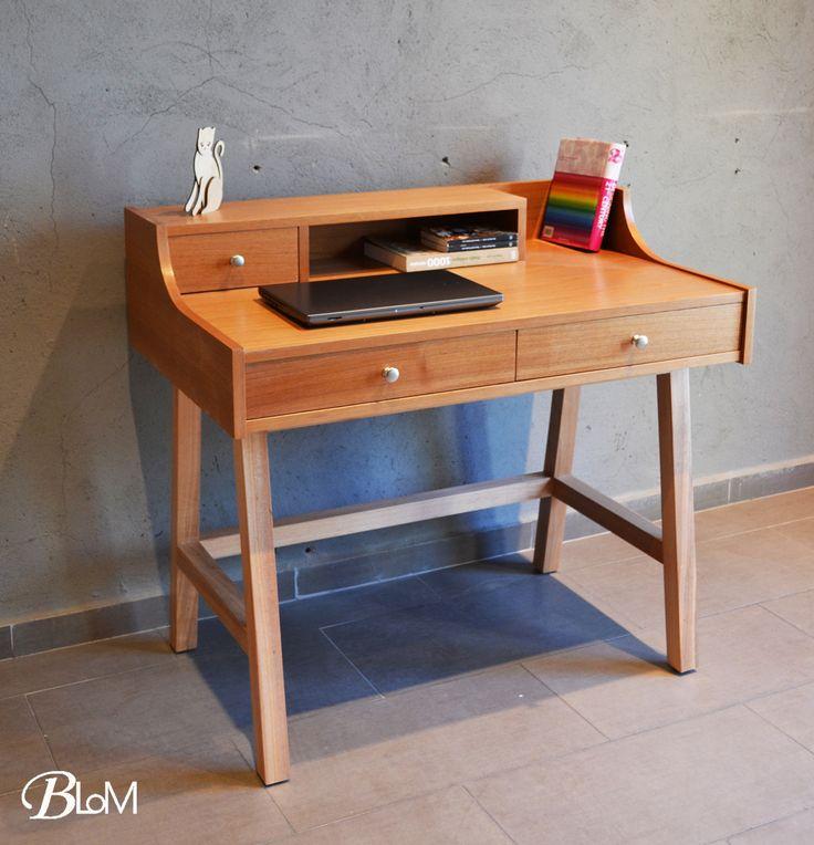 Escritorio SecreterPor que no darle un look contemporáneo a los muebles clásicos? Mira que bello se ve este escritorio. Fabricado en enchape de lingue barniz natural con patas de madera sólida de Coigue. #escritorios #mueblesblom #deskwww.blom.cl