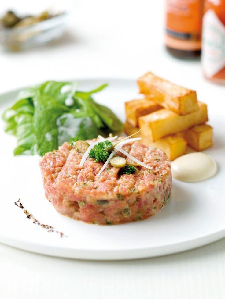 Bereiden:Maak de saus:Meng de eierdooier met de rest van de ingrediënten en zet aan de kant.Maak het vlees:Snijd het vlees fijn op en zet in een dubbele bodem op ijs. Spoel de gezouten kappertjes af, snijd ze fijn en meng ze onder het vlees. Snijd de sjalot en peterselie fijn en meng ze ook onder het vlees. Voeg zwarte peper en fleur de sel toe.Meng het vlees met de saus. Roer voorzichtig door elkaar.