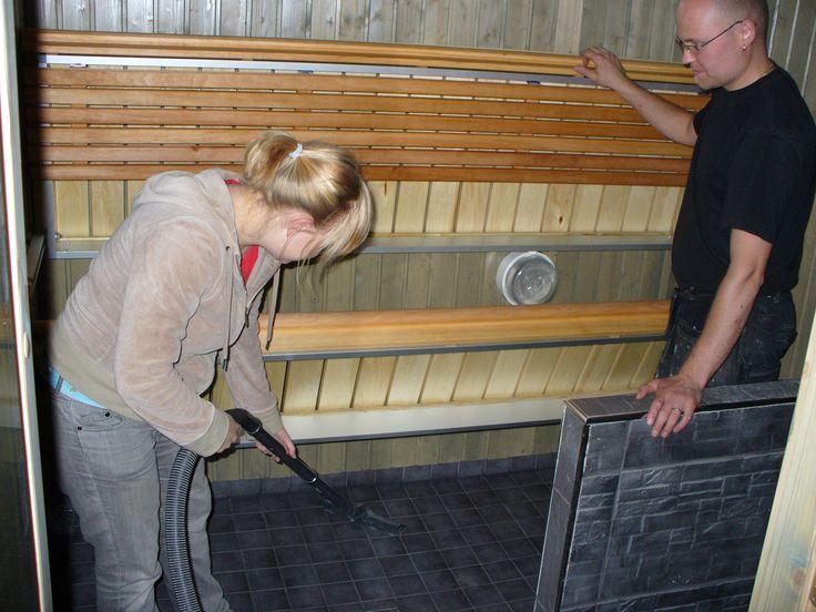 Kippilauteet ylhäällä. Helpottaa siivousta sekä lauteiden kuivumista. Kevyt alumiinirunko. Voi pitää ylhäällä seinällä ja esim laittaa väliaikaisesti pyykkitelineen.
