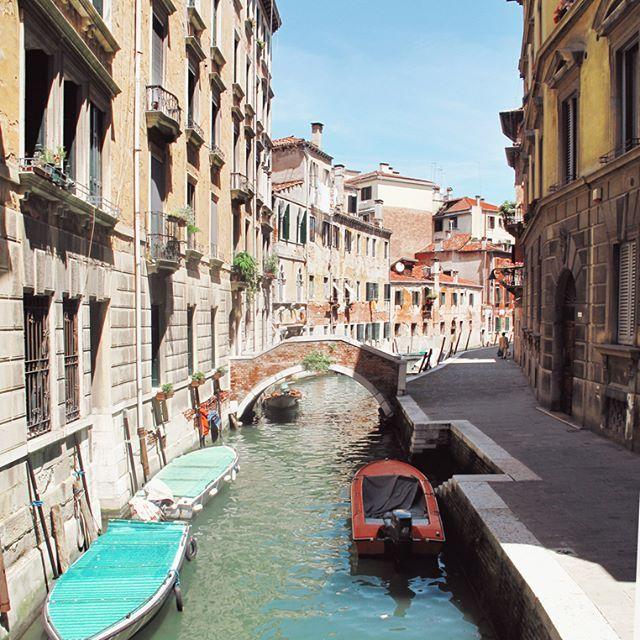 Every corner is beautiful. . . . . . . #venice #venise #italy #italia #venezia #architecture #discoveritaly #voyage #italygram #visititalia #igitaly #igersitaly #ig_venezia_ #venezia #igvenice #igers_venezia #iloveitaly #exploreitaly #italianplaces #prettylittleitaly #italia_super_pics #instaitalia