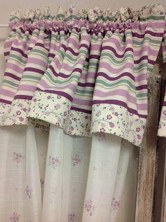 Tende country fai da te, dettaglio di una tenda con mantovana a fantasia floreale e a righe sui toni del viola. lilla e verde salvia