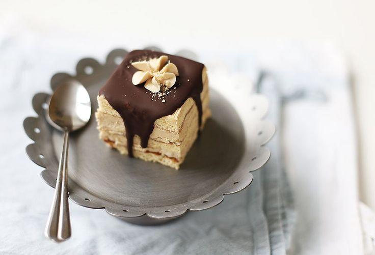 Кофейных тортов и пирожных в нашем детстве было мало. Скажем прямо, почти не было. Кофе вообще был довольно редким продуктом, а уж лить его в торты считалось,…