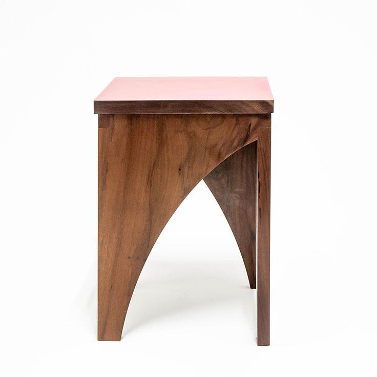 Banco Saci. Feito de madeira imbuia com fórmica vermelha, ou mesmo de acrílico ou compensado laminado. Confira! Produto Madeira Design.