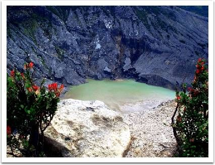 Merupakan kawah gunung Parahu yang kini masih aktif. Namun meskipun begitu kawasan ini termasuk salah satu tempat wisata yang sangat populer di Lembang, Bandung. Tempat ini banyak dikunjungi oleh wisatawan domestik maupun mancanegara. Objek wisata yang bisa anda datangi saat berada di Tangkuban Perahu diantaranya ada Kawah Ratu, Kawah Upas, Kawah Domas dan Kawah Jurig.