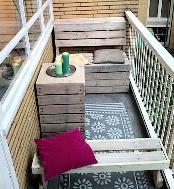 Balkoninrichting voor een smal balkon van 1 meter breed op maat gemaakt: een kapstokje (buiten beeld boven bank), bankje met opklapbare zitting, tafelkist en krukbankje voor de kinderen.