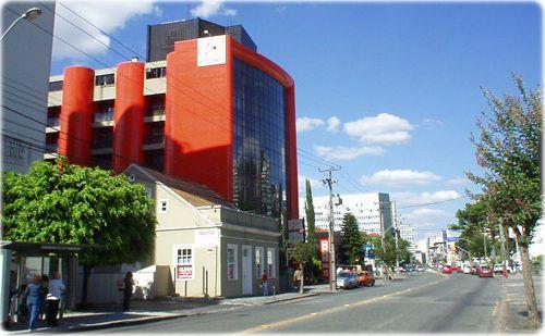 Avenida do Batel. A via é conhecida por abrigar diversos bares e casas noturnas. #curitiba