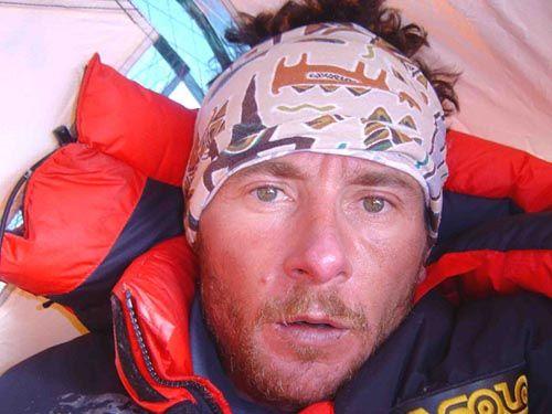 Jean Christophe Lafaille (1965 - 2006) Alpinista francés conocido por la dificultad de sus ascensiones, muchas de ellas en solitario y por nuevas rutas. Ascendió 11 ochomiles. Pudo realizar el primer ascenso invernal en solitario, pero alcanzó la cumbre del Shisha Pangma un 11 de diciembre. Desapareció al intentar el primer solo al Makalu invernal. Trascendió su descenso de 5 días para bajar el Annapurna con un brazo roto y tras fallecer su compañero de cordada al intentar su cara sur.