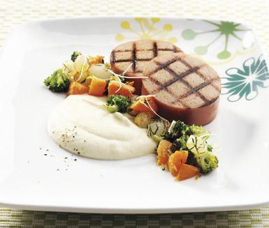 Falukorv med blomkålspuré och grönsaker är ett recept på underbar husmanskost. Den smakliga blomkålspurén får sin krämighet av crème fraiche och passar perfekt till de frästa grönsakerna och tjocka skivor stekt falukorv.