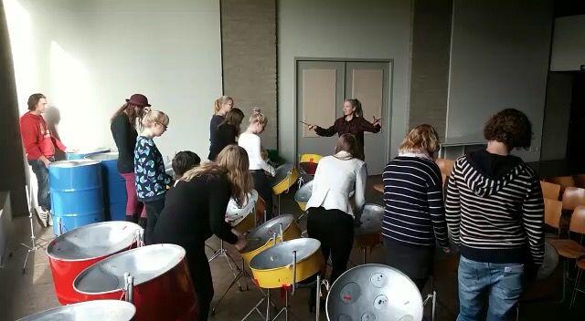 Bezoek aan het Tropenmuseum met de cultuurklas. Museum waar veel workshops (muziek, beeldende kunst en culturen) en rondleidingen gegeven worden voor alle kinderen van de basisschool.