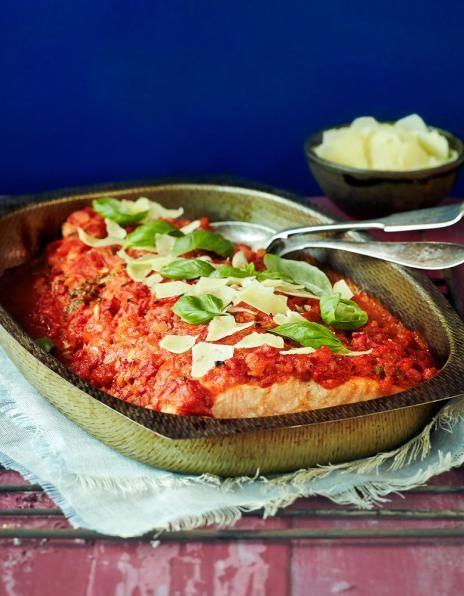 Uunilohi tomaattikastikkeessa on mehevä ja ihanan maukas kalaruoka, jossa maistuu parmesaani ja basilika.