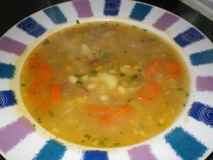 Vopred namočenu strukovinu,nakrajany zemiak a mrkvu uvarime do polomakka asi v litri vody,pridame bu...