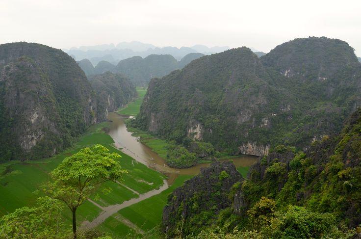Ninh Binh. La Baie d'Halong Terrestre. Pagodes, temples, monts karstiques, grottes, parcs, cette région située à 95 kilomètres d'Hanoï, recèle de trésors à découvrir le temps d'une balade à vélo. Les paysages sont somptueux.