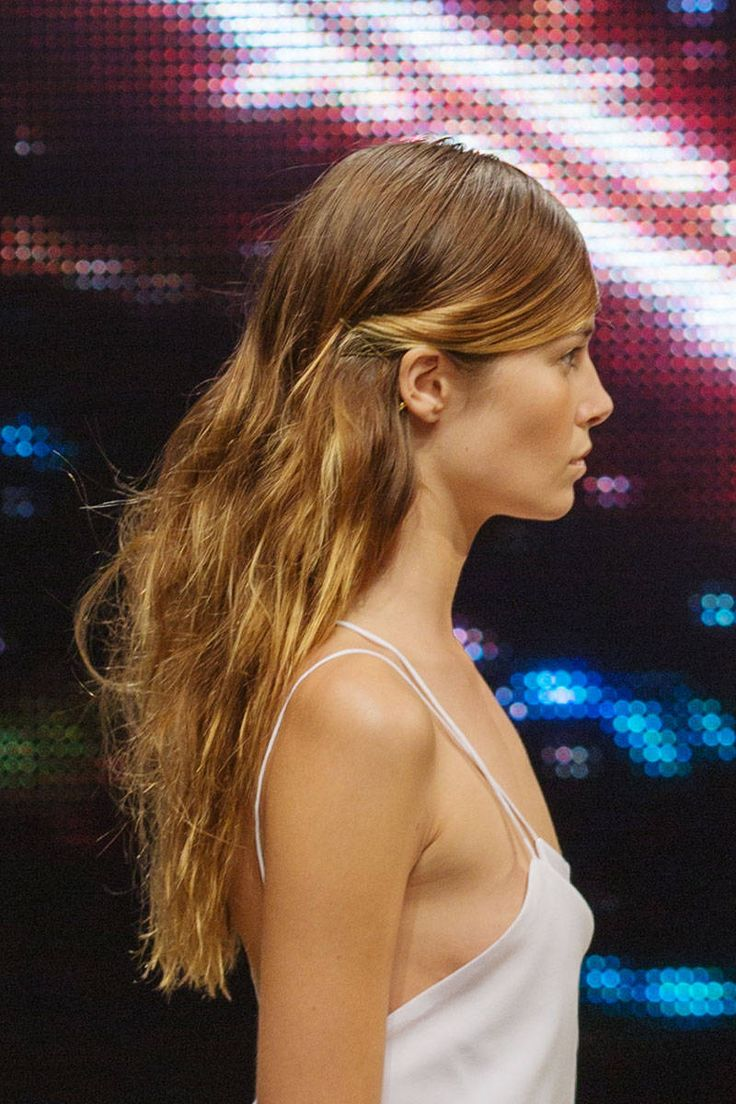 Para la primavera que sigue, lleva tu cabello con raya en medio y haciendo unas ligeras ondas hacia atrás de las orejas; dale un toque caótico al resto.