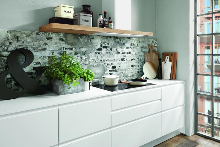 Coloca un revestimiento decorativo en tu pared y dale un toque único a tu cocina. #kuchenhouse #cocina #decoracion #revestimiento #campana