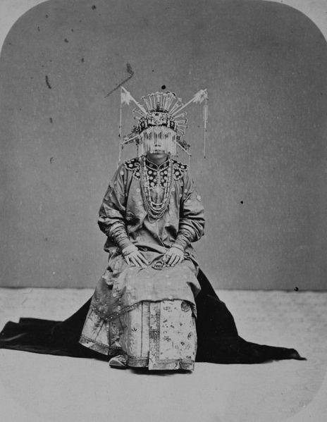 File:COLLECTIE TROPENMUSEUM Studioportret van een Chinese bruid TMnr 60043224.jpg - Foto de John Thomson