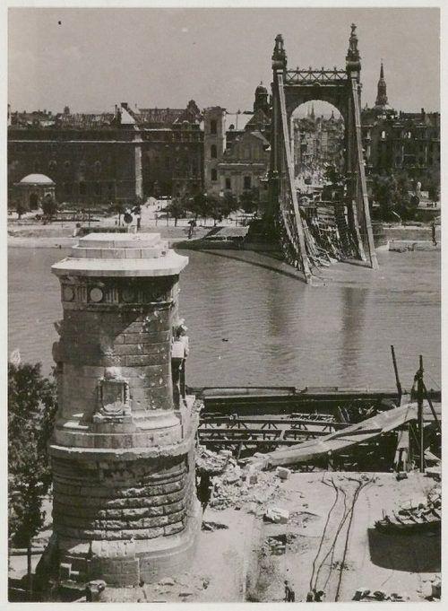 Szendrő István: A felrobbantott Erzsébet híd, Budapest, 1945 / Ruins of the exploded Elisabeth Bridge, Budapest, 1945.