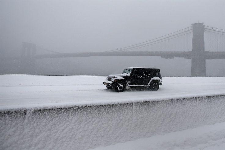 Pod sněhem je i Brooklynský most a jeho okolí (24. ledna 2016).