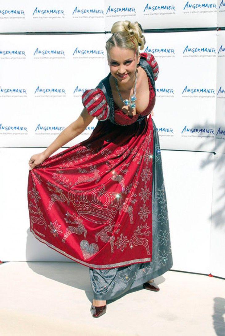2. Swarovski Dirndl Dress, 127 000 долларов. На платье с корсетом в средневековом стиле, на украшение которого ушло 150 тысяч страз Swarovski, немецкие дизайнеры потратили 13 дней. Наряд впервые был представлен публике немецкой моделью Региной Дойтингер в Мюнхене в 2006 году