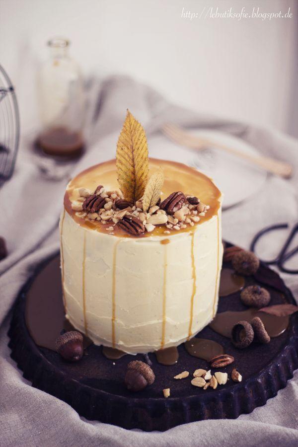 Heute noch ein Herbst-Törtchen von letztem Donnerstag, bevor die Weihnachtssaison eingeläutet wird...  Diese Torte ist eine himmlische Mischung aus Erdnussbutter, Schokolade,Kardamon, Karamell und