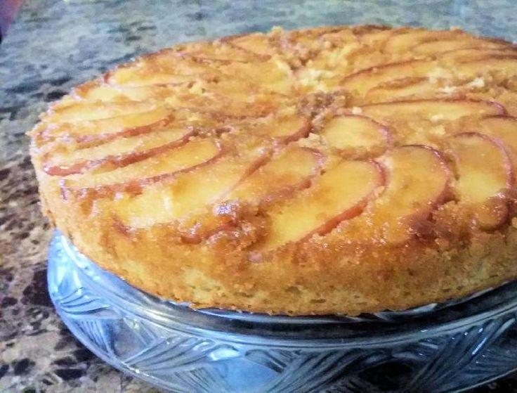 Las manzanas acarameladas le dan a esta torta una muy buena presencia que bien puede presentarse como postre en una comida informal.