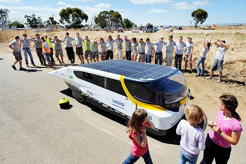 """Gezinsauto op zonne-energie is 's werelds beste  Solar Team Eindhoven wint Cruiser-klasse World Solar Challenge 2013. """"We hebben de nieuwe standaard neergezet,"""" aldus Lex Hoefsloot, team manager.  http://www.gezondheidskrant.nl/59101/gezinsauto-op-zonne-energie-is-s-werelds-beste/"""