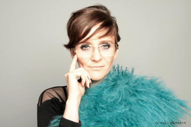 """Donja Rahimzadiany trägt nine eyewear Die Berliner Künstlerin zu ihrer Brille: """"Die Brille transportiert an mir eine elegante freakness und passt zu meiner Persönlichkeit. Es ist nicht irgendein Produkt, sondern eines, das mir, meiner Kunst und meinem Lifestyle entspricht."""" www.augenlust.tv/ Photo by Nadja Hertzsch  Wir sagen: danke!  #nineeyewear #lightweight #augenlust #popart"""