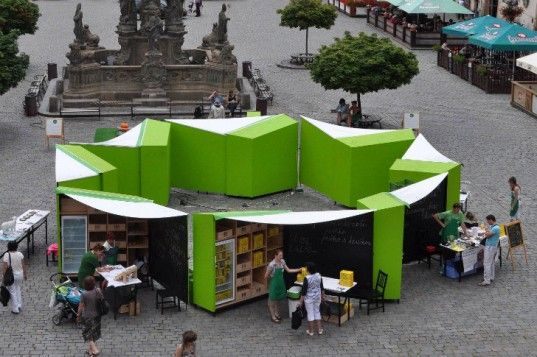 Foldable connectible market stalls