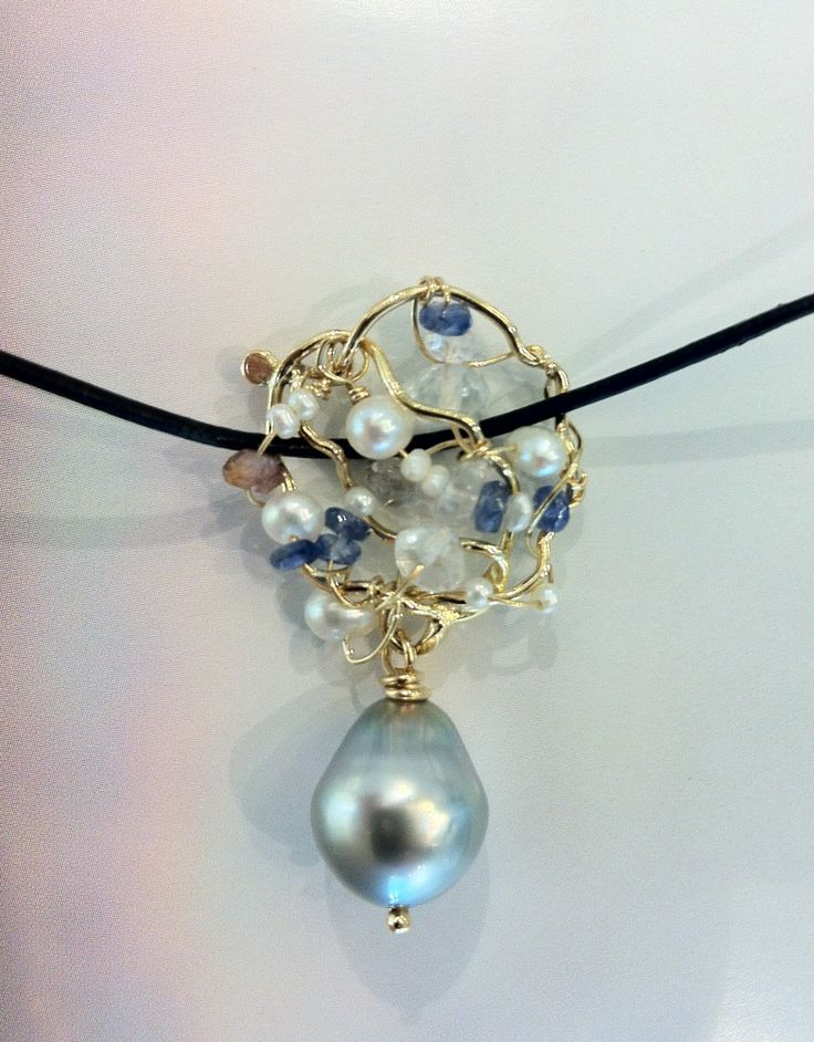Neclace.Tahitipearl.18c gold.Leather.