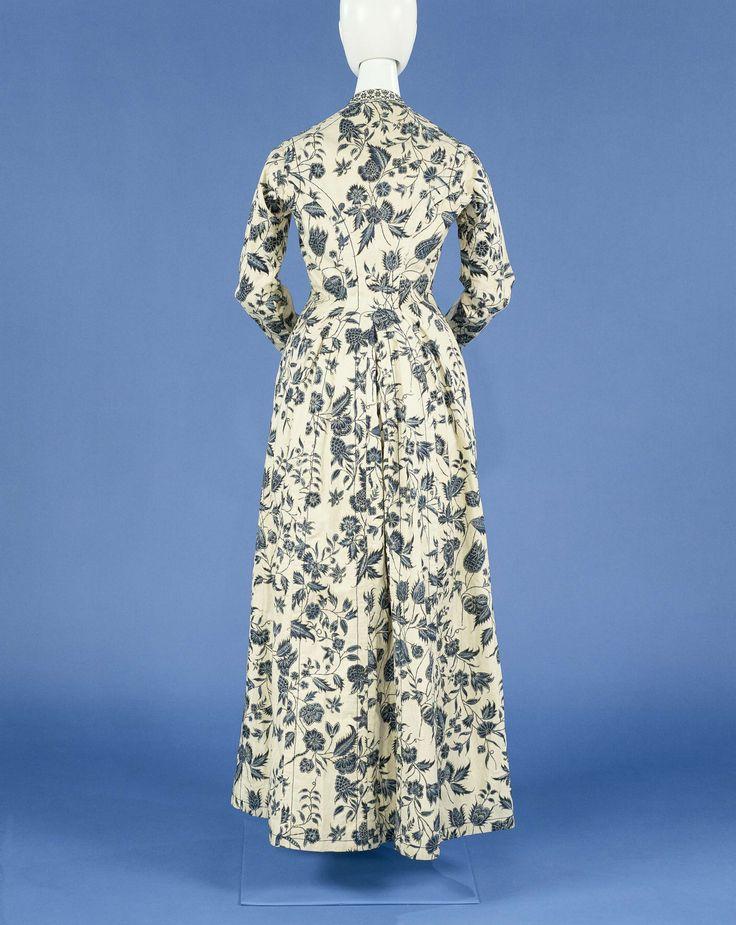 Jas of wentke van sits, beschilderd met blauwe bloemranken en zilveren hoogsels op een wit fond en afgezet met langettenband