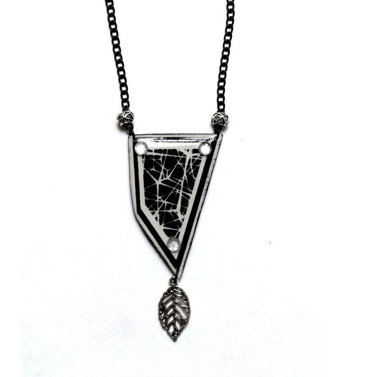 Siyah beyaz soyut desen kolye Zet.com'da 29 TL
