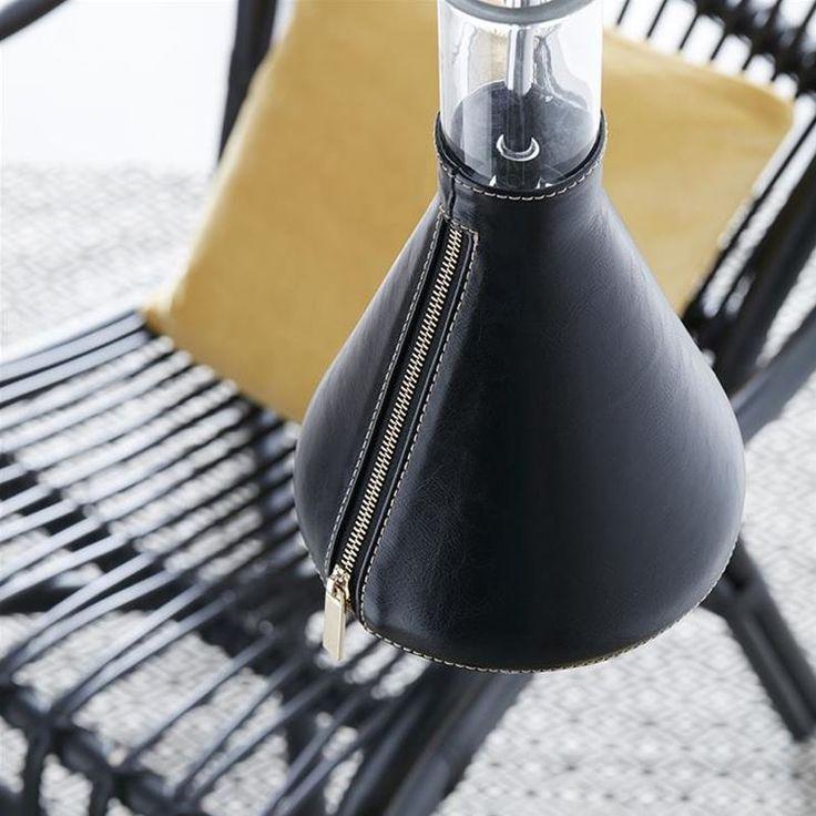 Snyggt från Markslöjd. Fönsterlampan Zip. En cool fönsterlampa med en glasskärm och läderfodral med dragkedja.