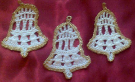 Glocke Christbaumbehang gehäkelt in weißer Baumwolle und