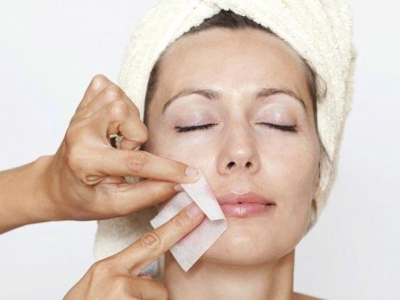 Cera quente, fria, linha egípcia, pinça, depilação a laser... escolha o método mais confortável para depilar o rosto e fique linha o tempo todo!