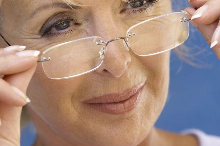 Cómo acostumbrarse a usar lentes bifocales. La mayoría de las personas deben habituarse al uso de lentes bifocales, no importa si comienzas desde cero con ellos o si vas a usarlos luego de cambiar tus lentes regulares. Quienes son nuevos en el uso de bifocales pueden experimentar dificultades al ...