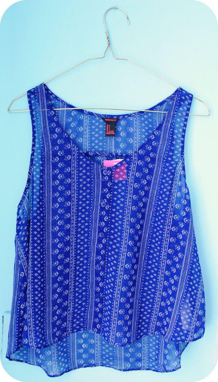 Blusa azul marino con estampado en color blanco.