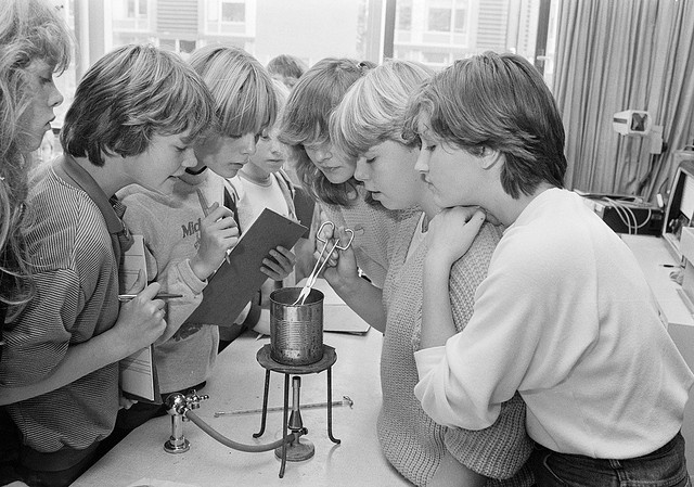Scheikundeles / Chemistry class (1982).  Notice the complete lack of PPE!