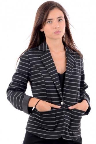 Stripete blazer med sorte og hvite striper. Blazeren har en knapp foran til lukking og to lommer på siden.  Inneholder 100% polyester.