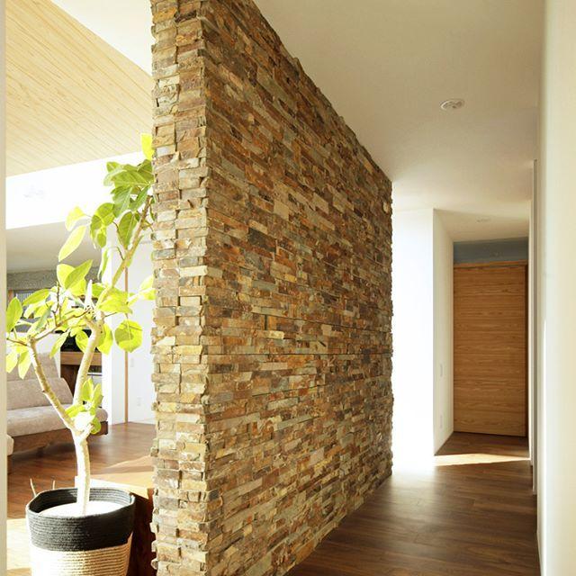 石の壁で廊下とあいまいに仕切ったLDK。 連続した空間により、広さと開放感が得られました☺️ . #木造 #注文住宅#新築#工務店#春日井#造作 #名古屋注文住宅 #kisetsu#マイホーム#家#リビングインテリア #照明 #窓 #壁 #家 #設計#建築#石 #暮らしを楽しむ #インテリア#平屋 #自然素材#壁 #リビング #木 #デザイン #キッチン #暮らし