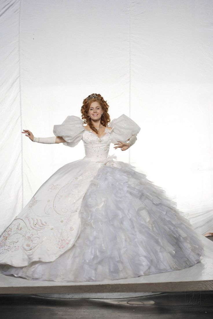 The Wedding Dress That Giselle Wears In Enchanted Weighed 45 Pounds A Stunt Double Had To Teach Amy Adams How Move Described Wearing