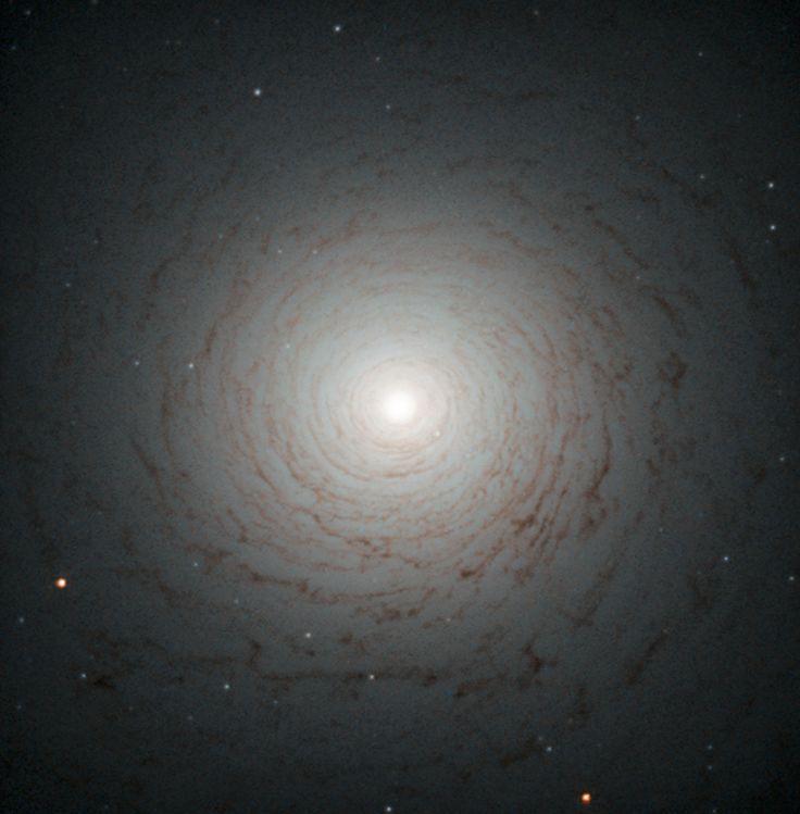 El centro de la galaxia lenticular NGC 524, ubicada en la constelación de Piscis a una distancia de 90 millones de años luz (2016)