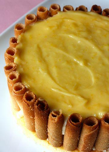 Charlotte tiramisu au citron genoise ; 20 g de beurre 80 g de sucre 2 oeufs 1cas de lait 1 pincée de levure chimique 60g de farine. Lemond curd45g de sucre 25g de beurre 2 citrons jaune 1 oeuf. mousse tiramisu 250g de mascarpone 3 oeufs 3 cas de lait 3 cas de sucre 1 pincée de gingembre 1 pincée de cannelle 1.5 feuille de gelatine 1 gousse de vanille . Moule 20 cm 6h au frigo